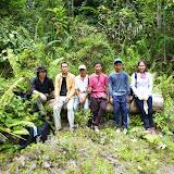 写真8 Jelalong川流域Rh.Udau付近の森で地元の案内者と記念撮影すぐ近くにオイルパーム・プランテーションが造成されつつある。/ Photo8 At the forest near Rh.Udau with local guides. An oil palm plantation is under way in this area.