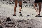 La chaussure de rando du désert optimale : la claquette à talons compensés. Encore une merveille saisie sur le vif par mon zoom 300 mm.