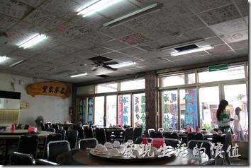 富岡漁港活海產的室內及室外都可以用餐,不過大熱天所有的還人都選擇事內用餐就是了。