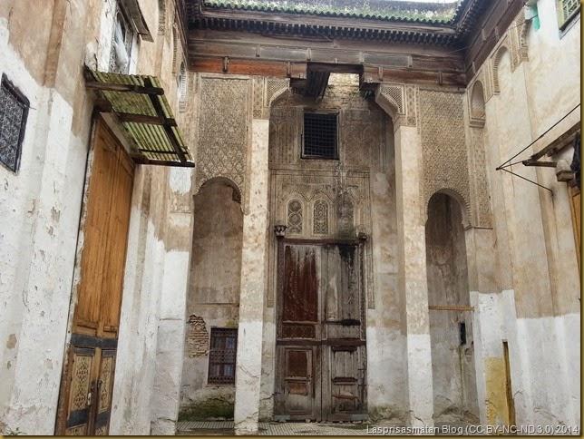 Patio principal con la distribución andaluza de las habitaciones y las grandes puertas sin bisagras