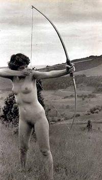 Ragazza nudista tira con arco (ridotta e modif)