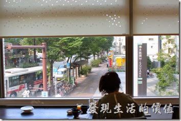 【博多祇園Hotel東名inn】的早餐餐廳有大片的窗戶,可以直接欣賞到馬路上的行人及景色。