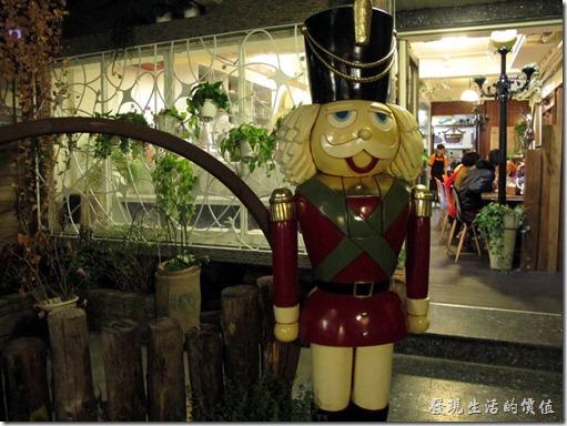 D.D.HOUSE餐廳的前面入口處有個義大利士兵站崗。