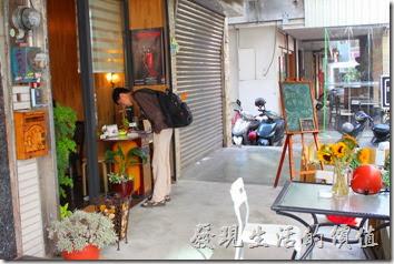 台南-沛里歐咖啡館。門口