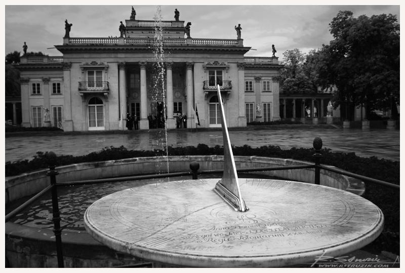 Warszawa, zegar słoneczny przy Pałacu Łazienkowskim. Niesamowite... nie chodzi, a czas i tak płynie.
