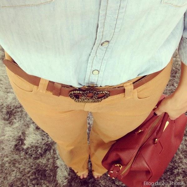 look calça fllare camel e camisa jeans (2)