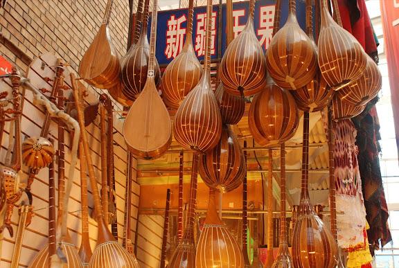 Urumqi - Grand Bazar, Instruments de musique Dotar