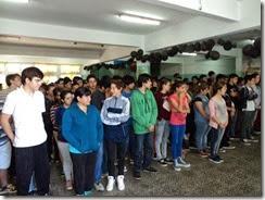 Los alumnos de la Escuela Secundaria Nº 12 esperan a los concejales, quienes les entregaron la ordenanza que valida el proyecto que impulsaron