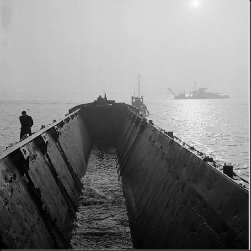 Aart Klein, Leeg zandschip nadert een baggervaartuig nabij Willemstad, bouw Volkerakdam, 1958