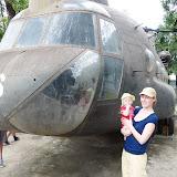 Museum for vietnamkrigen. Meget rørende og skræklige billeder af krigens ofre... Her står vi foran en helikopter.