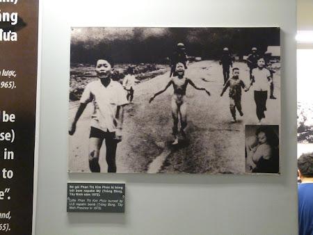 12. Fetita vietnameza arsa de napalm.JPG