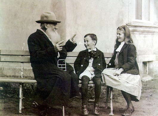 Tolstoy_and_his_grandchildrens