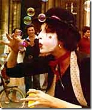 Julie Goell mimo a piazza Navona (inizi anni 80)