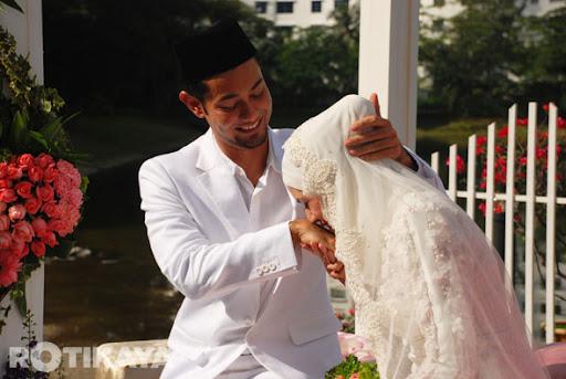 http://lh4.ggpht.com/-DcREQAJQQgw/UJTdyApT_aI/AAAAAAAABc4/TL195rvPE4E/11-Gambar-Majlis-Perkahwinan-Farid-Kamil-Diana-Danielle-ROTIKAYA.jpg