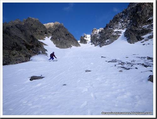 Canal Central SO 200m 50º con esquis (Pico de la Montañeta 2552m, Benasque, Pirineos) (Isra) 3379