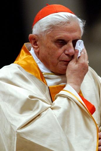 papa-ratzinger-si-dimette-51