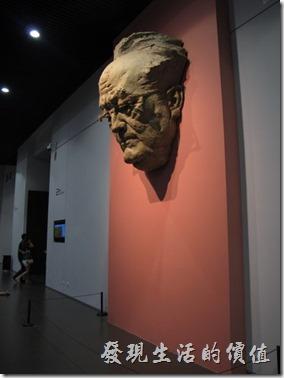 上海-中華藝術宮。二十世紀的良心-巴金。看不太懂,只知道是一個人頭。