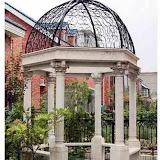 Altana parkowa nr 2. szerokosć 300 cm, wysokość 280 cm, waga 1500 kg wykonana z piaskowca z żeliwną kopułą.