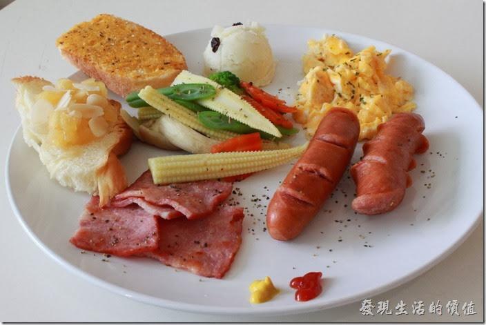 台南-Season_Cafe。經典西式拼盤的主食,有一條切半的德國香腸、一片切成四等份的火腿、炒蛋、薯泥、佐菜(玉米筍3ˊ四季豆、杏苞菇、花椰菜)、一片蒜味麵包及四分之一片丹麥土司,份量其實有點少。用餐當天不知道是否天氣太冷或是放太久,所有的主食幾乎都已經冷掉了,除了一些原本就是冷菜沒有問題外,炒蛋、香腸、火腿、蒜味麵包都已經不怎麼好入口了。蒜味麵包似乎也是烤好一段放在旁邊一段時間了,所以麵包已經冷掉,而麵包也吃不太出有蒜味來。