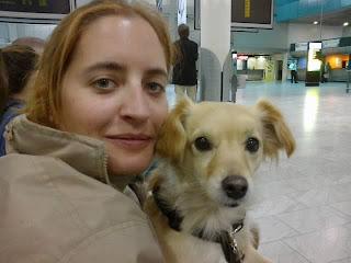 Esperando en el aeropuerto a que lleguen Charly, Garbiñe y Juan