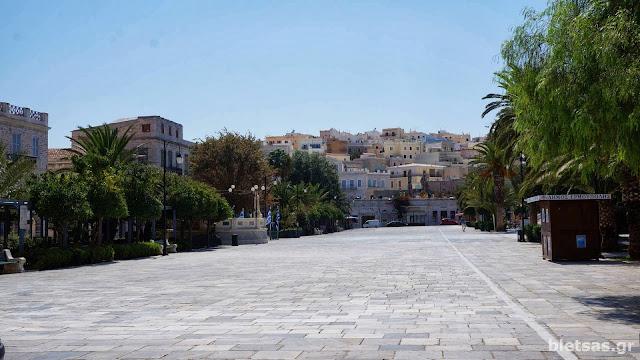 Η κεντρική μεγάλη πλατεία της Ερμούπολης.
