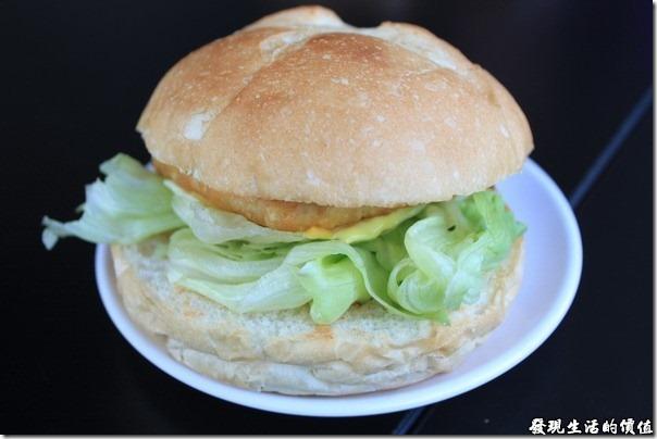 台南-菓溱是早餐店。法式紐澳良雞腿堡,NTD55,它的漢堡跟一般我們吃得不太一樣,有烤過的,外脆內軟,是我喜歡的那種。
