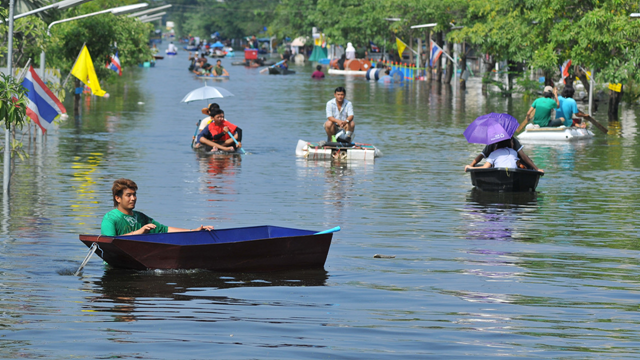 Heavy flooding from monsoon rain in Ayutthaya and north Thailand arriving in Bangkok suburbs on 22 October 2011 in Prathumthani, Thailand. Photo: pornvit / Shutterstock