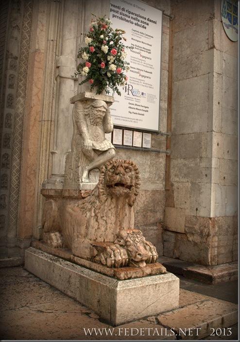 Simbologia nella Cattedrale di San Giorgio, destra,Ferrara,EmiliaRomagna,Italia - Symbols in the Cathedral of St. George, right, Ferrara, Emilia Romagna, Italy - Property and Copyrights of FEdetails.net (c)