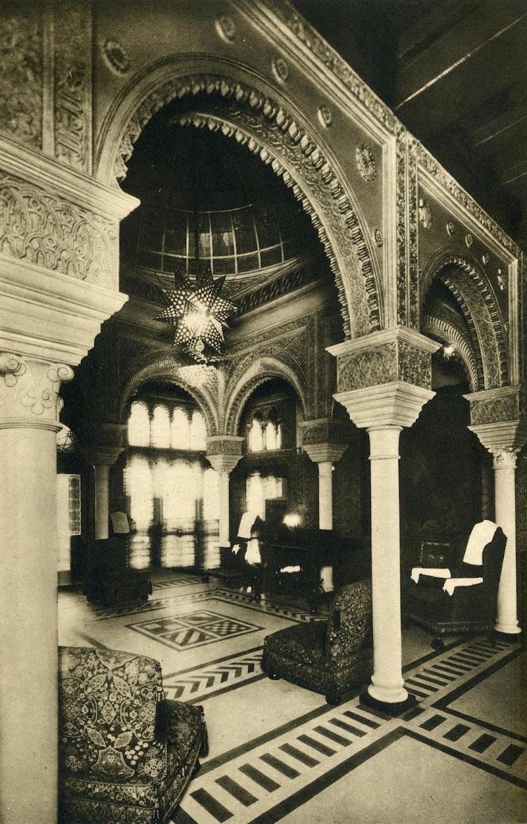 Hall de entrada del CRISTOBAL COLON. Del libro CIEN AÑOS DE VIDA SOBRE EL MAR.JPG