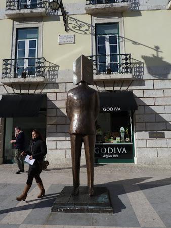 Obiective turistice Lisabona: Statuia lui Pessoa
