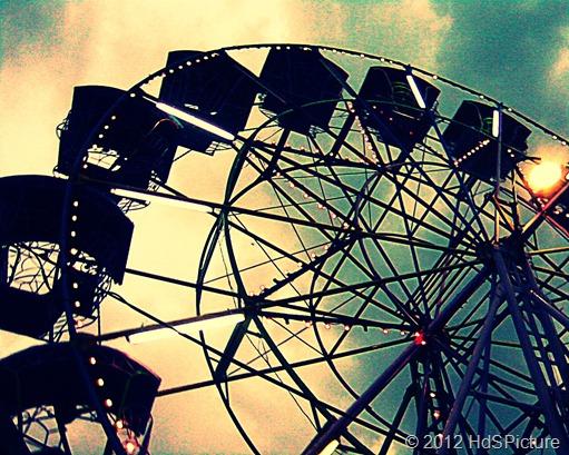 hidup itu bagaikan roda bianglala. Kadang kita berada di puncak, kadang juga kita berada di dasar. Tapi yang terpenting adalah upaya kita untuk memperpanjang durasi saat di puncak dan sebaliknya