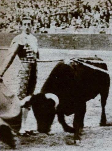 1944-10-25 (p. El Ruedo) Manolete natural mirando tendido Zaragoza - copia