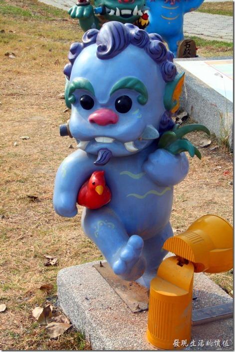 台南-安平劍獅公園-自然將軍。水藍色劍獅-自然將軍,代表人物是「陳煇」,手持艾草,腋下挾著一隻雞。