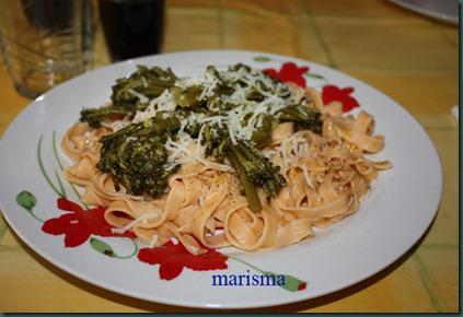 pasta fresca al tomate con brócoli,racion copia