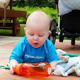 Magne var også en tur i vandet, og ligger og leger med vandflaske...