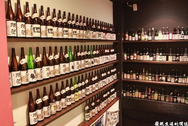 台南-花川日本料理。一二樓梯間擺滿了各式的酒瓶,我在很多的日本料理店都有看過類似的擺飾,一般都是為了存放客人寄放的酒水,但這裡應該只是為了裝飾用吧!