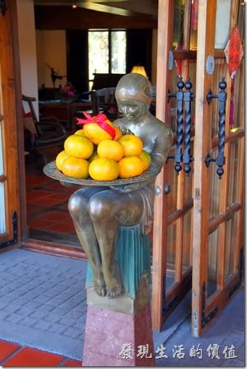 花蓮-理想大地渡假村。這是接待大廳大門內外兩側的銅像。