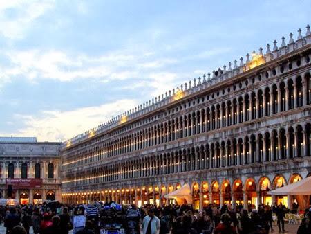Piazza San Marco (Praça de São Marcos), que está sempre lotada de turistas em Veneza