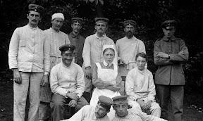 Patienten und Krankenschwester eines Lazaretts während des Ersten Weltkrieges, Scan vom Glasnegativ, ca. 1914 - 1918