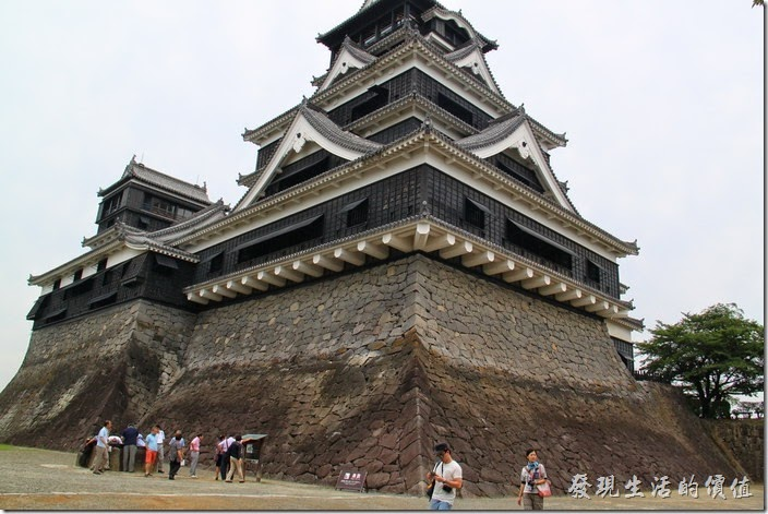 日本北九州-熊本城。終於來到了大小天守閣的下面了。什麼?這裡是天守閣的後方,不管了!就先在這裡拍拍照,些一會兒吧!這兒也挺多人的。