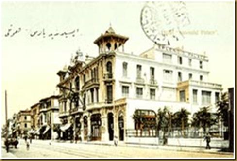 Θεσσαλονίκη 1910. Το πολυτελές ξενοδοχείο «SPLENDID PALACE» στην παραλιακή λεωφόρο. Ήταν ιδιοκτησίας της οικογένειας Αρβέρη και διευθύνονταν από τον Κ. Ρώμπαπα. Το 1917 καταστράφηκε από την πυρκαγιά και το 1923 στη θέση του ανεγέρθηκε το ξενοδοχείο «Mediteranian Palace». (Καρτ Ποστάλ από τη συλλογή του Κέντρου Ιστορίας Θεσσαλονίκης).