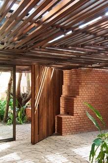 diseño-puerta-madera-con-ladrillo-rojo