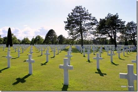 Cemitério Militar Americano, Praia de Omaha. São 9.387 cruzes enfileiradas e alinhadas, uma para cada soldado americano morto durante o desembarque/ invasão. Apesar de trágico, é lindo e emocionante.