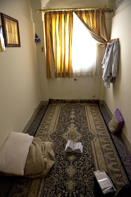 Era camera de urgenta cu o oarecare tenta religioasa, toate camerele normale ale hotelului erau ocupate.