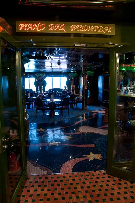 Третий день. Casablanca. Morocco. Круиз. Costa Concordia. Полюбившийся нам бар Будапешт, в нём три или четыре дня от начала круиза репетировало струнное трио.