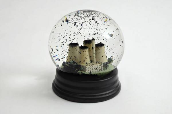 Snow-Globe-Fábrica-Poluição