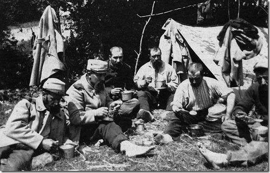 Le repas dans la prairie prs des tentes