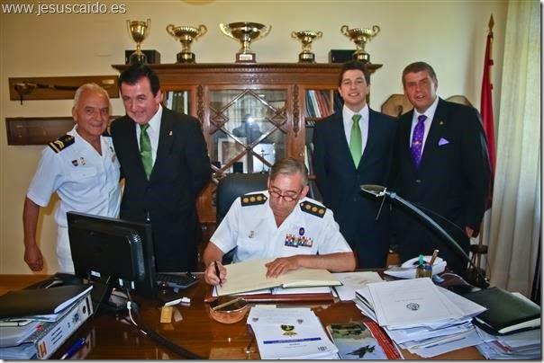 El Coronel Pérez Alonso firmando el libro de honor (Foto VÉLEZ)