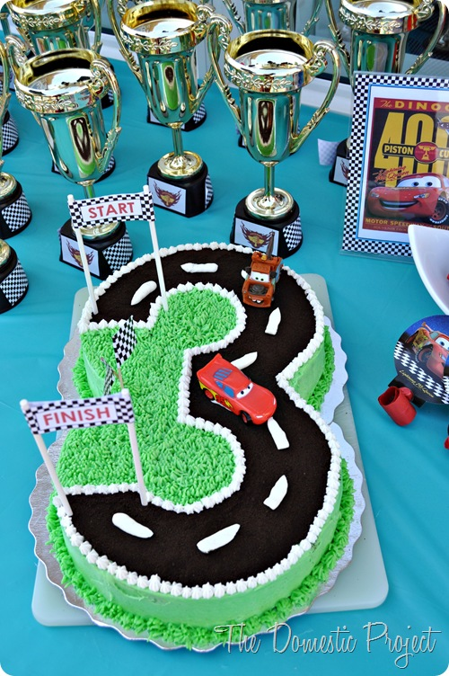 TheDomesticProject - Simple step by step instructions for decorating a Cars cake  (14)