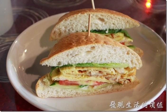 台南-栗子咖啡。這是早午餐D套餐的主食─帕妮妮燻雞三明治,不過怎麼跟我熟悉的「帕尼尼」不太像,一般都是用土司麵包下去壓烤而成,這裡用作漢堡的麵包,這應該叫燻雞漢堡才對吧!不過吃起來還不錯就是了,內餡有雞蛋捲、蕃茄、生菜,當然還少不了燻雞。